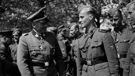 SS-kenraali Felix Steiner ja kotimaahan palanneita suomalaisia vapaaehtoisia Hangossa kesäkuussa 1943.
