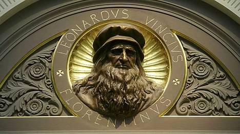 Tämä näköiskuva Leonardo da Vincistä löytyy Lontoon National Gallerysta Trafalgarin aukion laidalta.