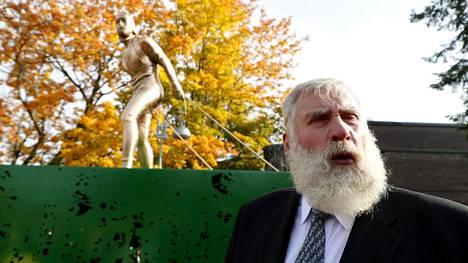 Juha Mieto oli tyytyväinen häntä esittävään patsaaseen.