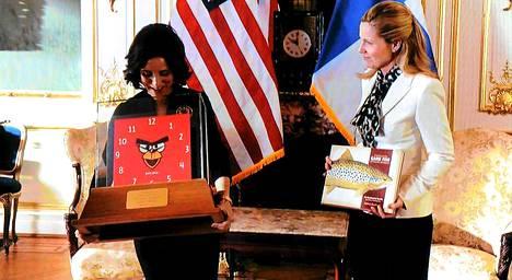 Suomen pääministeri antaa varapresidentti Selina Meyerille lahjaksi Angry Birds -kellon.