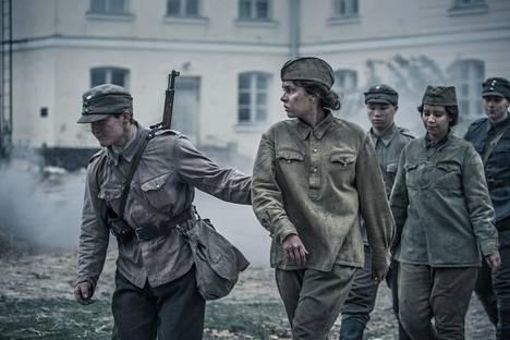 Väinö Linnan romaanin rakenne antoi elokuvan leikkausvaiheessa paljon mahdollisuuksia.