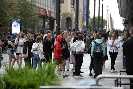 Kauppakeskusjohtaja Anu Junnikkala-Alhon arvion mukaan kauppakeskuksessa oli evakuointihetkellä sisällä satoja ihmisiä. IS:n kuvaajan Ville Honkosen mukaan ulkona odottelee tällä hetkellä noin 100–150 ihmistä.