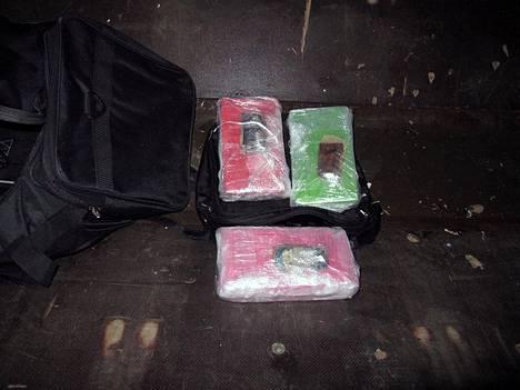 Kolmen kilon kokaaiinipaketit ja laukku, josta ne löydettiin.