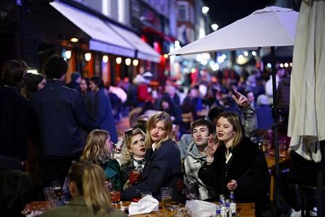 Ruuhkaa Sohossa. BBC:n haastattelemat juhlijat kertoivat, että ihmisjoukkoon meneminen ensimmäistä kertaa pitkästä aikaa ahdisti ensin, mutta tunnelma vapautui nopeasti.