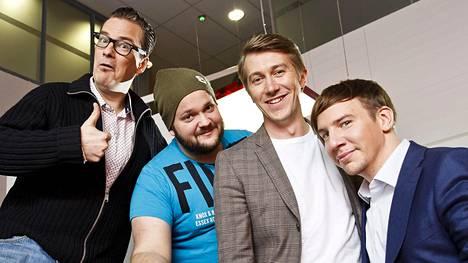 Saturday Night Liven Suomi-version kaartiin kuuluvat André Wickström, Kalle Lamberg, Jussi Vatanen ja Aku Hirviniemi. Kuvasta puuttuu Pamela Tola.