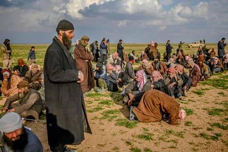 Isis-taistelijoiksi epäillyt miehet rukoilevat.
