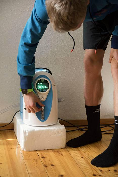 Aku Partanen säätää happiolosuhteet vuoristo-oloihin koneesta, joka pumppaa oikeanlaisen ilman happitelttaan.