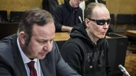Michael Penttilä (oik.) hovioikeudessa vierellään asianajaja Kari Eriksson.