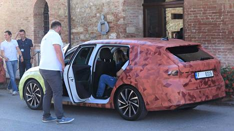Kuvan autossa vielä teippeihin piilotetut takavalot ovat muuttuneet reippaasti. Sisätiloja ei saanut tässä vaiheessa kuvata, vaikka ne IS:lle näytettiinkin.