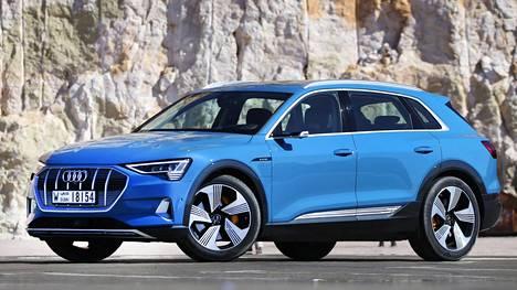 Audi e-tronin ilmanvastuskerroin on varsin alhainen 0,27 silloin, kun jousitus on ala-asennossaan. Mökkipolulle jousitusta voi nostaa. Maastoon kukaan tuskin tällä autolla suuntaa.
