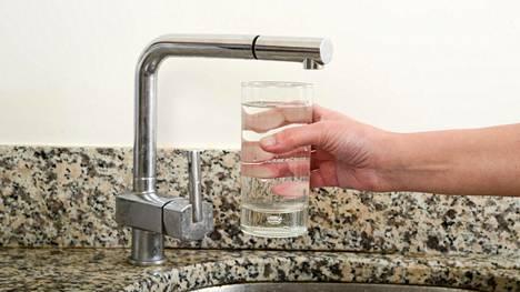 Lasiin vettä ja yöksi jääkaappiin. Aamulla voit upottaa mittarin veteen ja tarkistaa, kuinka lämmintä jääkaapissa onkaan. Yksinkertaista, vai mitä?