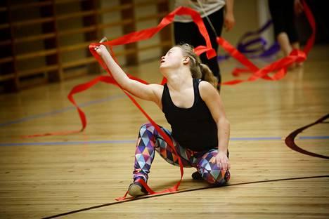 Liikunta on myös esiintymisen iloa, sen todistaa Saga näyttävillä eleillään.