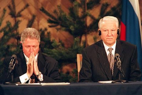 Sittemmin paljastui, että Clinton ja Jeltsin olivat harjoitelleet yhdessä etukäteen lehdistötilaisuudessa mahdollisesti eteen tuleviin hankaliin kysymyksiin vastaamista. Yksi Clintonin huolista oli se, että alkoholiongelmainen ja sydänvaivainen Jeltsin ei saisi sotkeutua sanoihinsa ja näyttää maailman silmissä Helsingin kokouksen häviäjältä.
