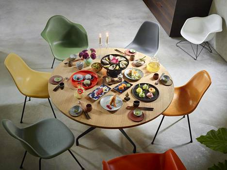 Pyöreä pöytä, kuten Vitran Eames Segmented table, on ihanteellinen seurusteluun, sillä kaikki näkevät toisensa.