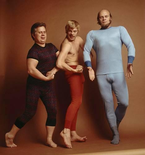 Simo Salminen, Vesa-Matti Loiri ja Pertti Spede Pasanen esittelevät hilpeästi miesten alusvaatemuotia 1971.