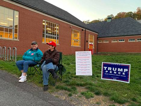 Donald Trumpilla on vielä toistaiseksi reilu johto Pennsylvaniassa, mutta tilanne saattaa muuttua, kun kaikki postiäänet on laskettu. Kuvassa Trumpin kannattajia Pennsylvanian Bellvillessä.