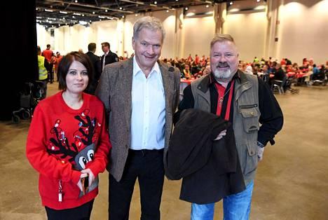 Sauli Niinistö vieraili Heikki Hurstin ja Hurstin tyttären Sini Hurstin järjestämässä yksinäisten ja vähäosaisten joulujuhlassa.