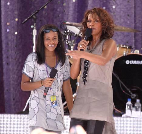Epävakaasta lapsuudesta huolimatta Bobbi Kristina oli hyvin läheinen äitinsä Whitney Houstonin kanssa. – Tuntuu kuin sydän olisi revitty ulos rinnastani, Bobbi Kristina oli kirjoittanut ystävälleen lähettämässä viestissä äidin kuoleman jälkeen.