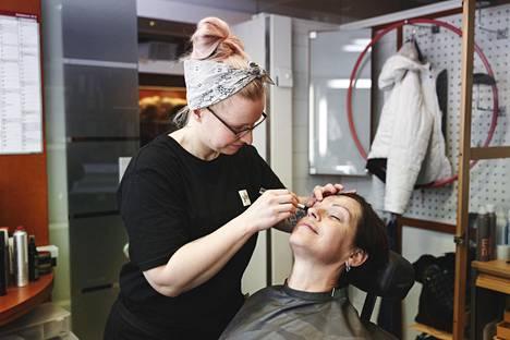 Anna-Liisa Tilusta meikataan ajan tyyliin.