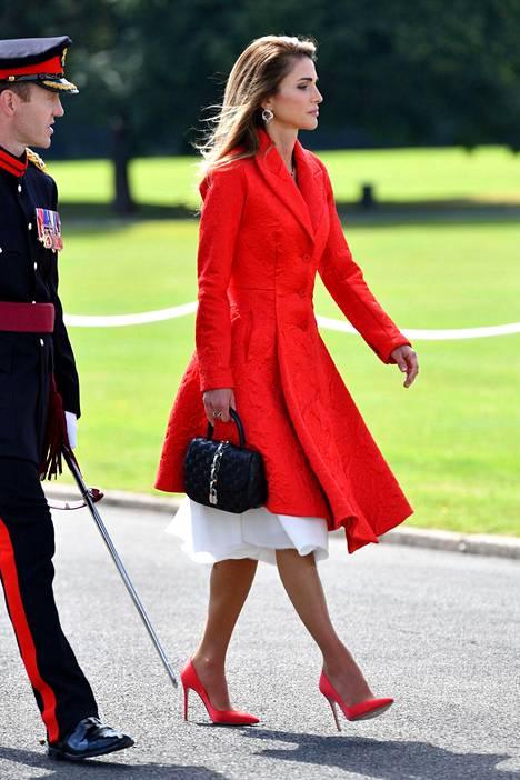 Kirkas punainen on tämän syksyn must have -väri. Pue vaikka päästä varpaisiin.