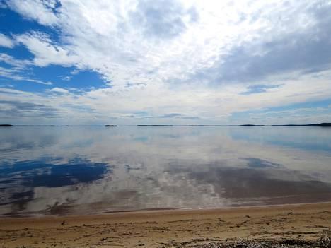Pehmeää hiekkapohjaa pystyy kahlaamaan 200–300 metriä ennen kuin vesi yltää leukaan, Henri Karvinen kehuu.