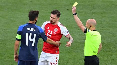 Huuhkajien kapteenille Tim Sparville nousi varoitus Tanska-ottelussa. Varoitusten määrällä voi olla EM-kisoissa jopa jatkopaikan ratkaiseva merkitys.