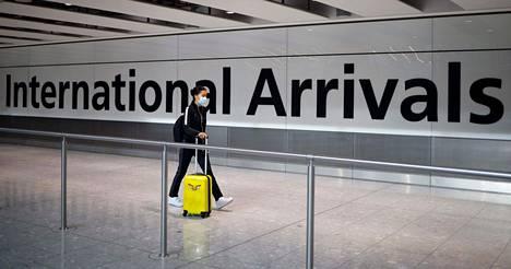 Saapuva matkustaja Heathrow'n lentoasemalla Lontoossa 22. toukokuuta 2020.