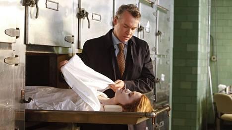 Deception-sarjassa rikkaan suvun villikkotytär Vivian Bowers (Bree Williamson) löydetään kuolleena, ja Edward-veljellä (Tate Donovan) taitaa olla jotain salattavaa.