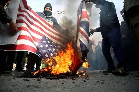 Iranin pääkaupungissa Teheranissa perjantaina kaduille jalkautuneet mielenosoittajat protestoivat kenraali Qassem Suleimanin tappamista polttamalla Yhdysvaltojen ja sen liittolaisen Britannian lippuja.