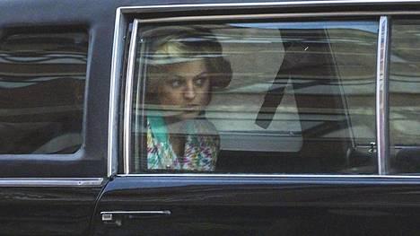 Emma Corrin nähdään prinsessa Dianan roolissa.