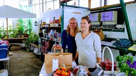 Siskokset Anniina Merivuori ja Tuulia Merivuori-Marisa tilan puodissa.