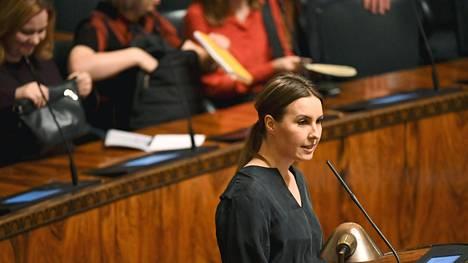 Keskustan eduskuntaryhmän 1. varapuheenjohtajan Eeva Kalli arveli, ettei keskustan lapsilisäehdotukseen otettu selkeästi kantaa, koska aloite ei sisältänyt tarkkaa ehdotusta korotusten kohdentamisesta.