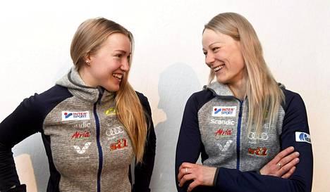 Anita Korva ja Anne Kyllönen vitsailivat Suomen joukkueen mediatapaamisessa Seefeldissä.