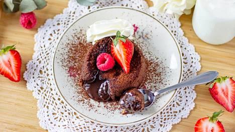 Jos nautit  kakut  lämpiminä,  on sisäosa  ihanan valuvaa,  kuin suklaakastiketta.