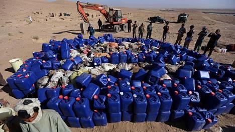 Afganistanilaissotilaat valmistautuivat tuhoamaan takavarikoidun huume-erän Heratin lähellä marraskuun 8. päivänä.
