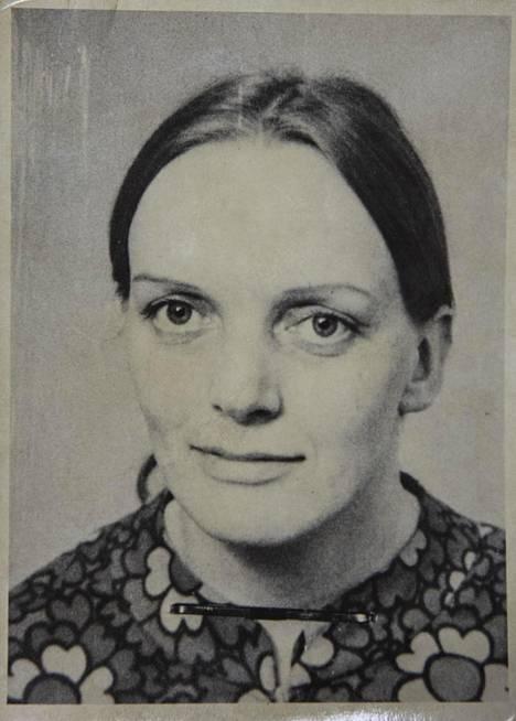 Tarjoilija Sisko Liisa Lehtinen, 32, on matkalla töistä ravintola Keitaasta kotiinsa Erkyläntielle, kun hänet murhataan 6.8.1974.