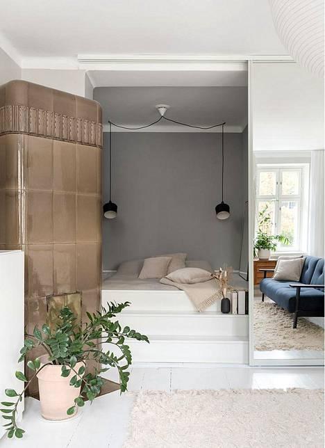Alkoviin rakennetun korotetun makuutilan voi piilottaa vaikka peiliovien taakse, näyttää sisustussuunnittelija Saara Koljonen.