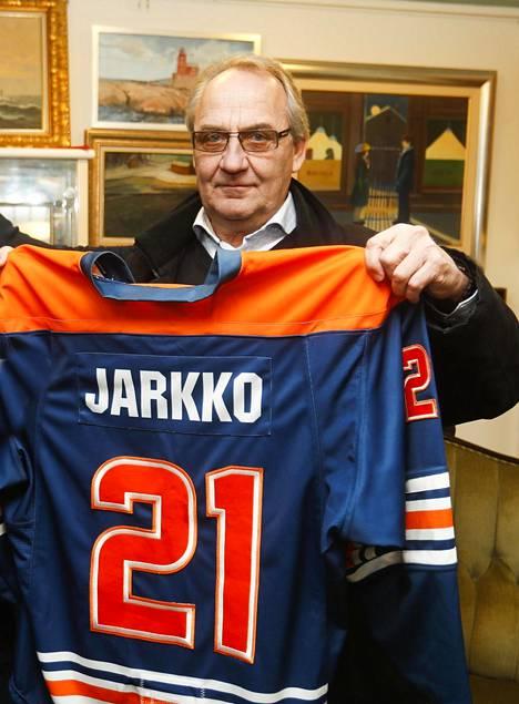 Martti Jarkko esittelee lähes käyttämättömän Hall of Fame -paidan selkäpuolta. Jarkko nimitettiin Tapparan kunniagalleriaan helmikuussa 2018.
