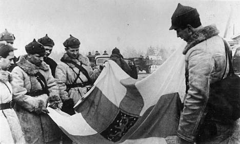 Neuvostosotilaat tarkastelevat saalikseen saamaansa Suomen lippua.