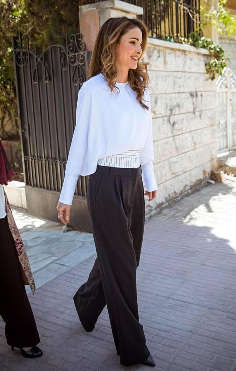 Korkkareidenkin kanssa maata hipovat housut ovat nyt trendikkäät.