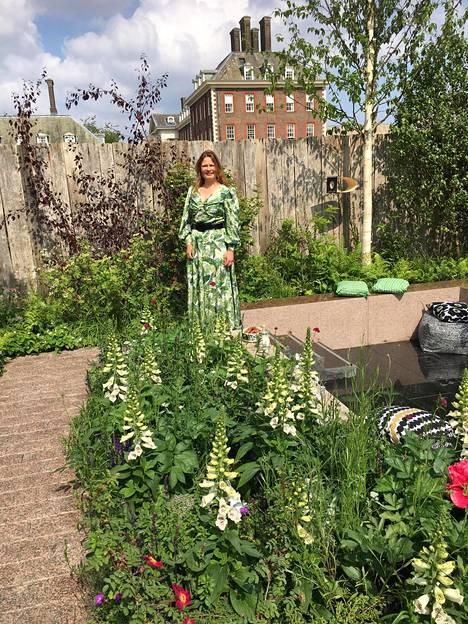 Taina Suonio poseerasi suunnittelemansa puutarhan keskellä maanantaina.