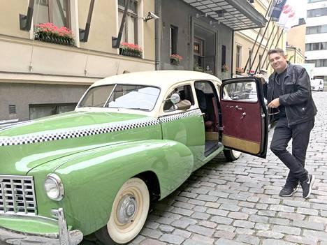 Ohjaaja Timo Koivusalo oli tuonut Olavi Virta -kuvausryhmänsä hotelli Tornin eteen, jossa tehtiin syksyllä 2018 ensi-iltaan tulevaa Olavi Virta -elokuvaa. Sanotaan, että tämä kuvan Checker-auto on ainut maailmassa.