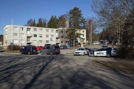 Poliisi otti kiinni epäillyn tekijän kerrostalon rappukäytävästä.