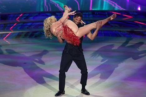 Maykel Fonts joutui tekemään paljon nostoja tanssiessaan Anastacian kanssa.