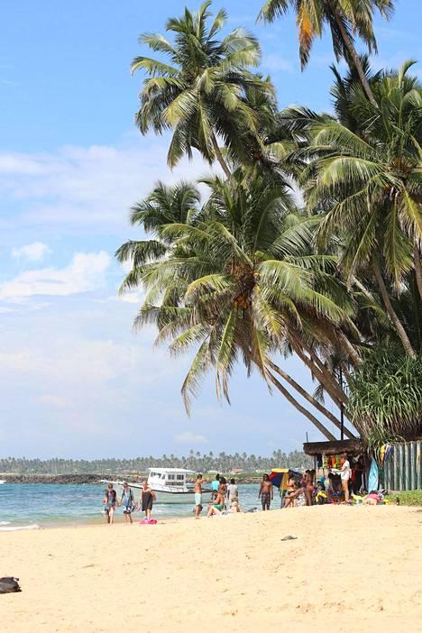 Turisteja on Sri Lankan Hikkaduwassa aiempaa vähemmän, mutta paikallisten mukaan syynä ovat vuoden 2019 pommi-iskut, ei korona.