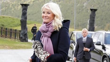 Kruununprinsessa Mette-Maritin naisellinen kukkamekkolook on kruunattu pastellinsävyisellä huivilla.