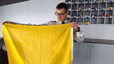 """Keltaisena kirkuva lippu on ruotsinlaivan erikoisuus: """"Ei ole onneksi tarvinnut käyttää"""""""