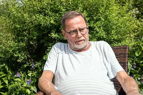 Timo Laukkio oli yksin pyörätuolissa kotona, kun vaimo Kristiina Hanhirova oli sairaalassa sydänvaivojen takia. –Kauhu ja pelko olivat suuria. Mietin, entä jos minulle sattuu kotona jotakin, hän sanoo.