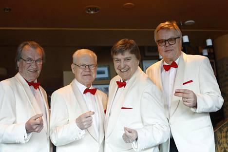 Lindin lisäksi Four Cats -klassikkoyhtyeessä lauloivat Martti Metsäketo, Pentti Lasanen ja Esa Nieminen. Pari vuotta sitten menehtyneen Metsäkedon korvaa nykyään Timo Turpeinen.