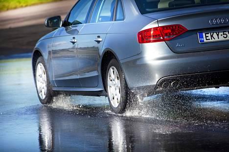 Vesiliirto vaanii autoilijoita sateella.
